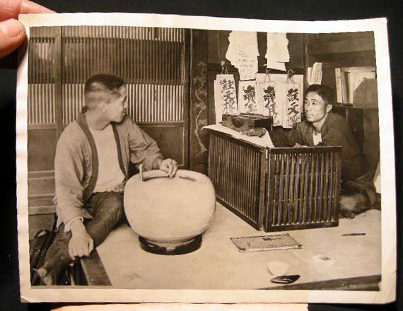 1922 Press Photograph of the Business Department of a Japanese Store. Photography - Japan -20th Century.